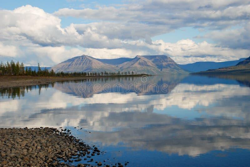 De Lama van het meer en nagedacht in de waterwolken en de bergen van royalty-vrije stock foto's