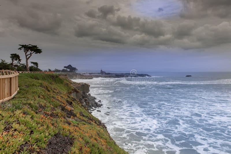 Het westen Cliff Drive Coastline Views op een de winteronweer royalty-vrije stock foto's