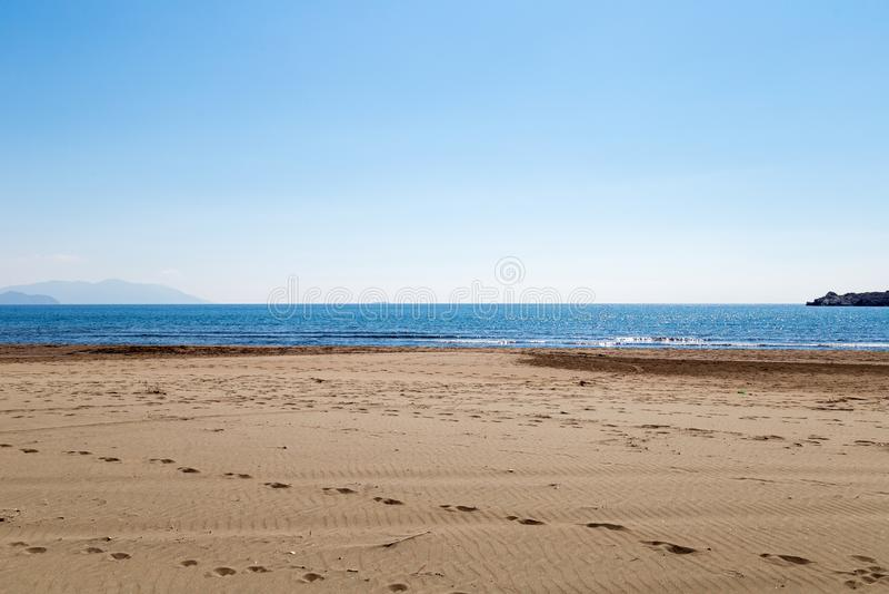 Het westen Turkse kust bij Sarigerme-dorp in zonnige de lentedag met kalme Middellandse Zee en blauwe hemel Mugla/Turkije royalty-vrije stock afbeeldingen