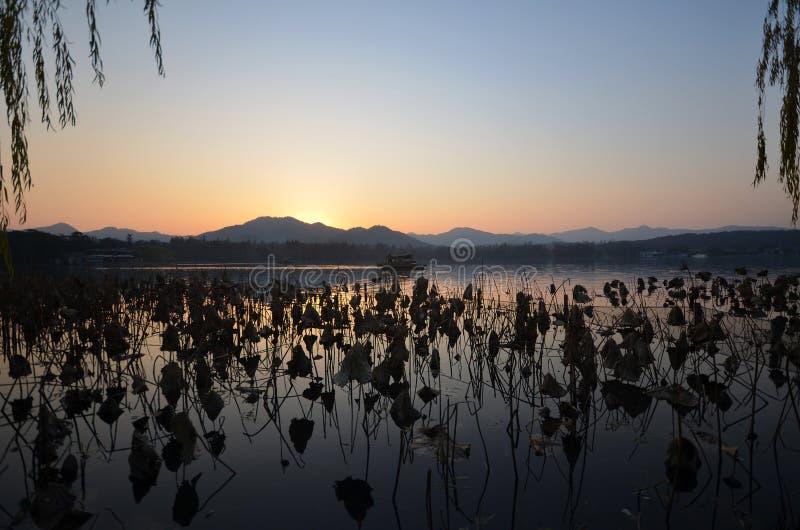 Het westenmeer in Hangzhou, China in de avond wordt gevestigd die royalty-vrije stock foto's