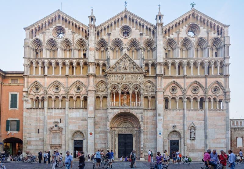 Het westenvoorzijde van de Kathedraal - Ferrara stock afbeeldingen