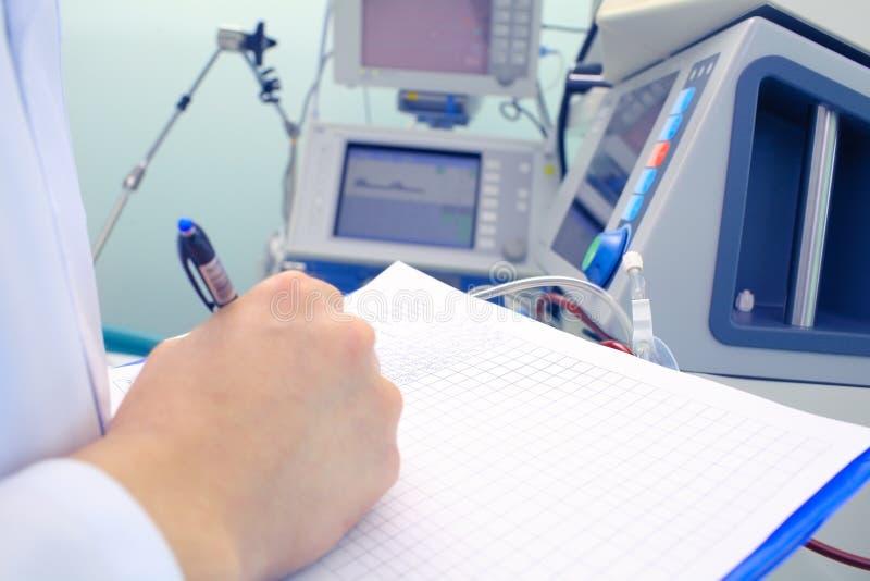 Het wetenschappelijke werk met medische apparatuur stock foto's
