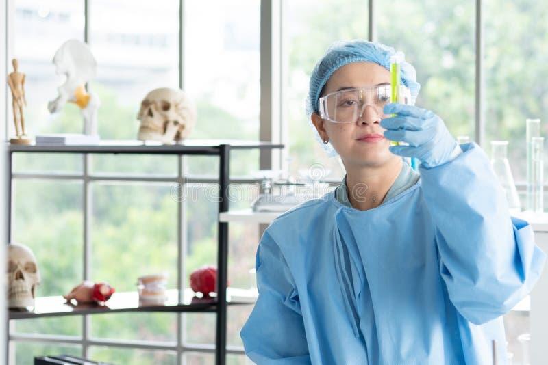 Het wetenschappersonderzoek, analyseert chemische formules, biologische testresultaten stock afbeelding