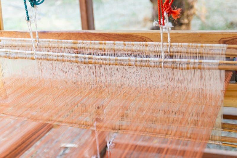 Het weven materiaalhuishouden het weven - Detail van wevend weefgetouw voor eigengemaakte zijde stock foto