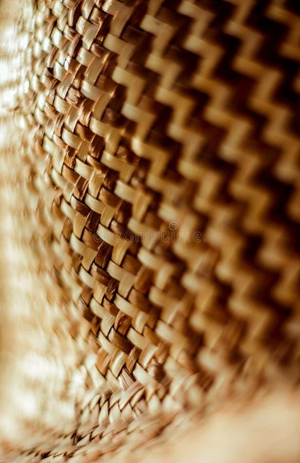 Het weven strotextuur Geweven hoed met patroon en textuur Close-up verticale achtergrond stock afbeelding