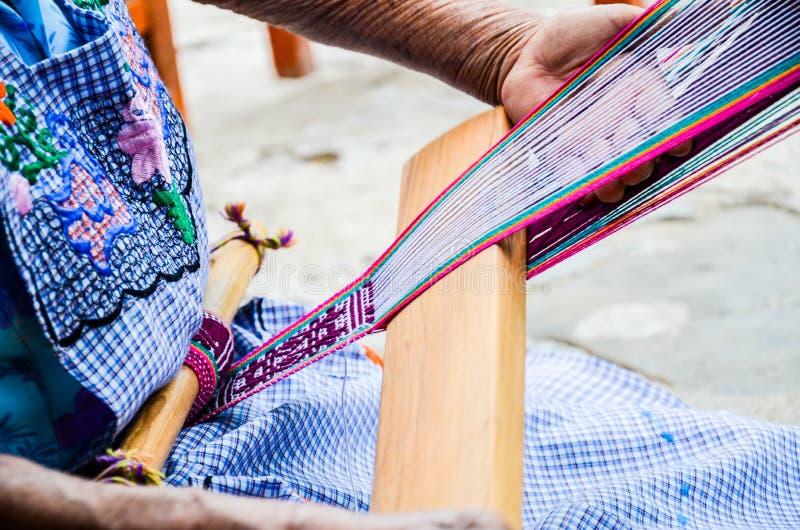 Het weven techniek, Jalietza, Oaxaca, Mexico 18 Mei 2015 royalty-vrije stock foto's