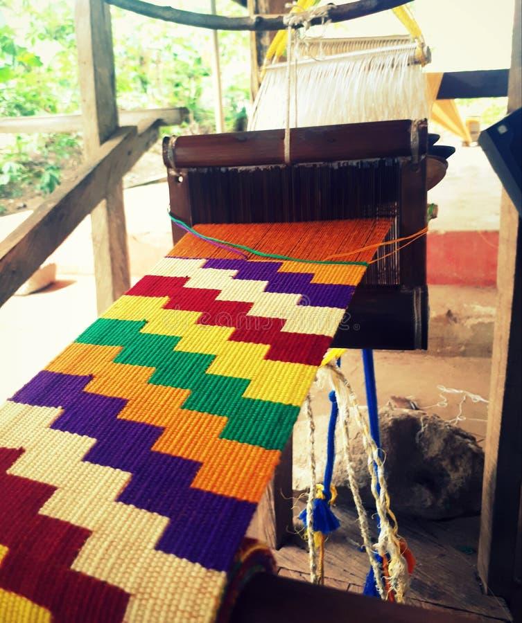 Het weven van traditionele kleurrijke kentedoek rond Kumasi, Ghana stock afbeeldingen