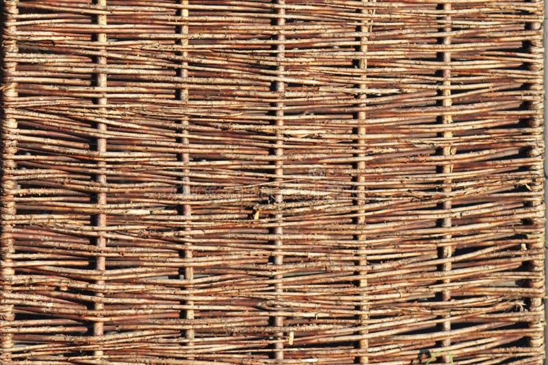 Het weven van wilgentakken Achtergrond voor het ontwerp van natuurlijke componenten Handwork Gebruik van natuurlijke rijkdommen O royalty-vrije stock afbeelding
