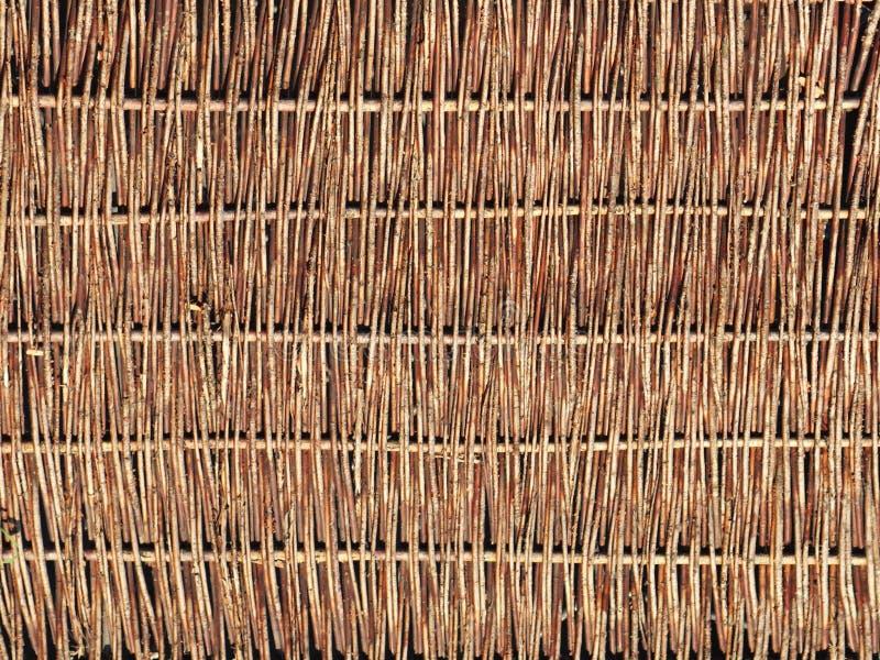 Het weven van wilgentakken Achtergrond voor het ontwerp van natuurlijke componenten Handwork Gebruik van natuurlijke rijkdommen O royalty-vrije stock fotografie