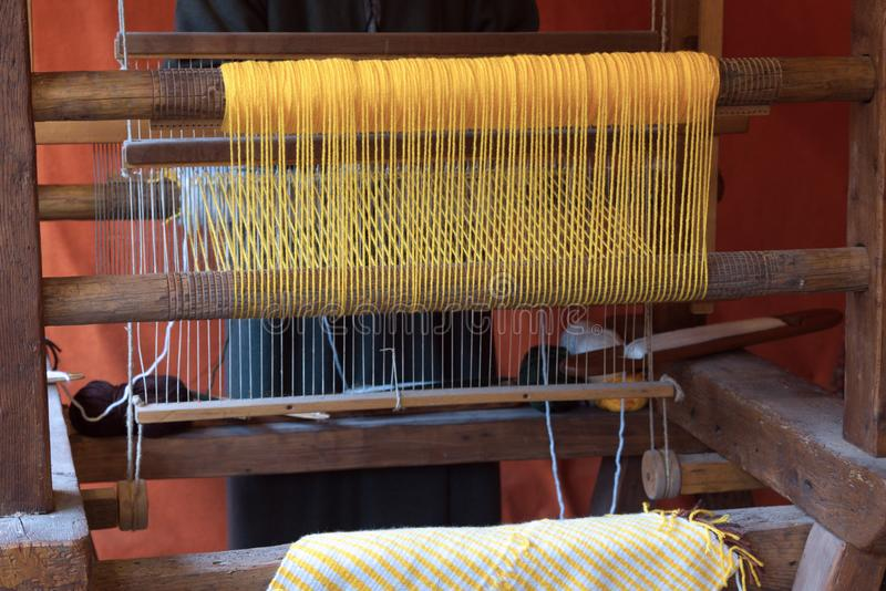 Het weven van wol met een oud weefgetouw royalty-vrije stock afbeelding