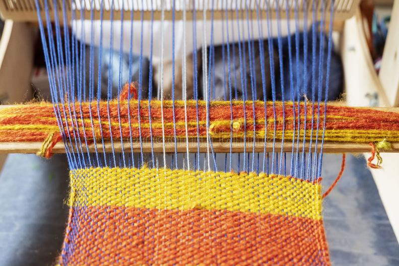 Het wevende weefgetouw met gebreid werpt Uitstekend houten met de hand gemaakt weefgetouw stock foto