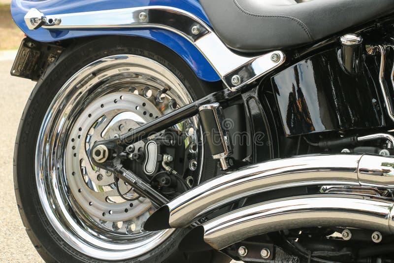 Het wiel, de uitlaat en de versieringen van Chrome van een blauwe motorfiets royalty-vrije stock foto