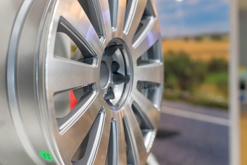 Het wiel van de metaalschijf voor de auto bij een tentoonstelling Selectieve nadruk Moderne opslag met legeringswielen en banden, stock foto's