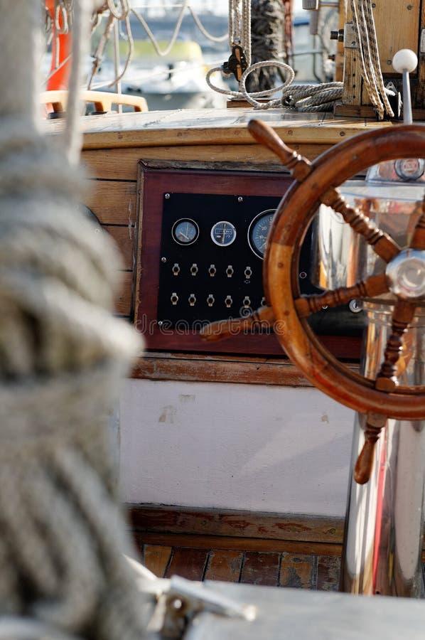 Het wielcockpit van de zeilboot stock afbeelding