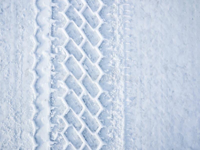 Het wielspoor van de auto in sneeuw royalty-vrije stock foto's