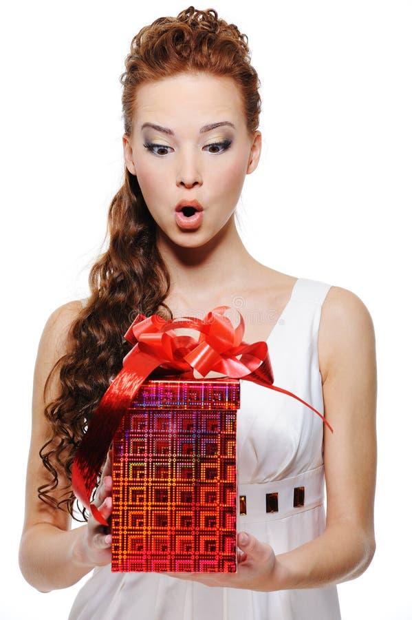 Het wijfje dat van de verbazing de doos met gift houdt royalty-vrije stock afbeelding