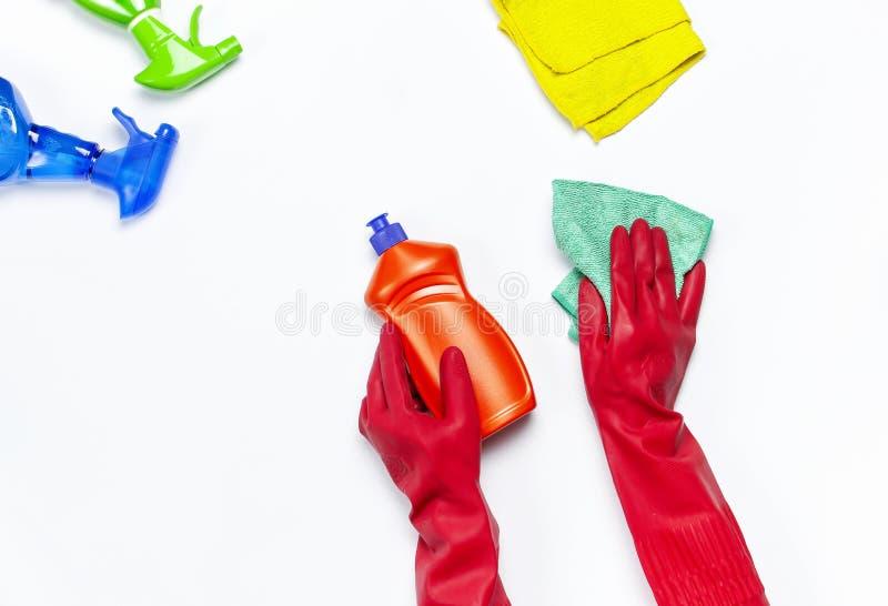 Het wijfje dient rode rubber beschermende die handschoenen met een microfiberdoek op de witte ruimte van het achtergrond hoogste  royalty-vrije stock foto