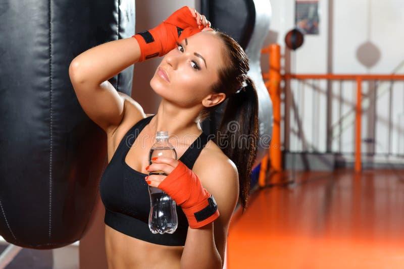 Het wijfje kickboxer drinkt water royalty-vrije stock foto's