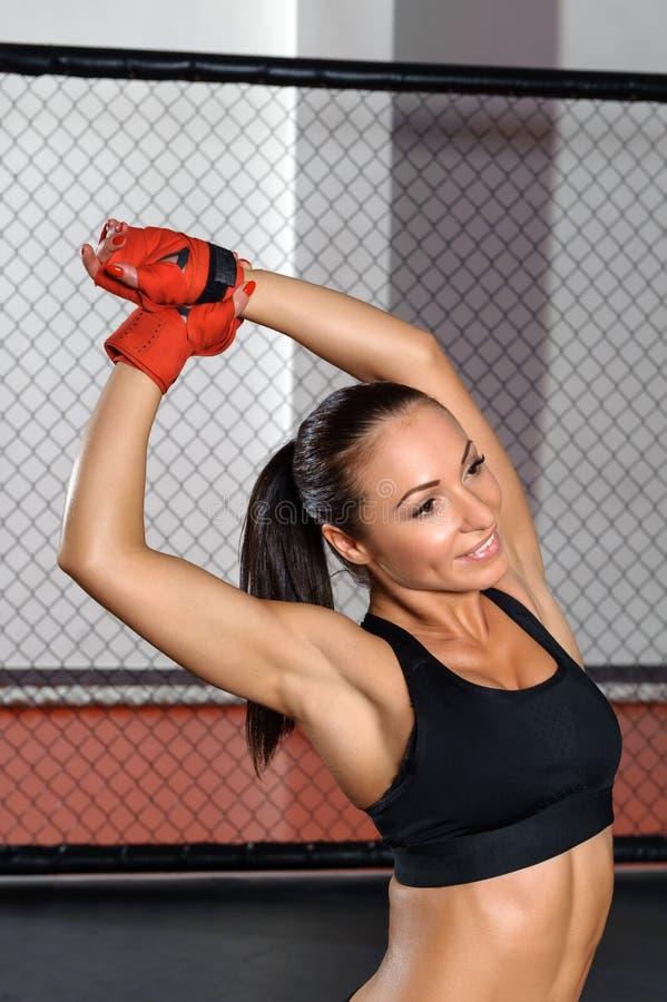 Het wijfje kickboxer stelt bij een ring royalty-vrije stock foto