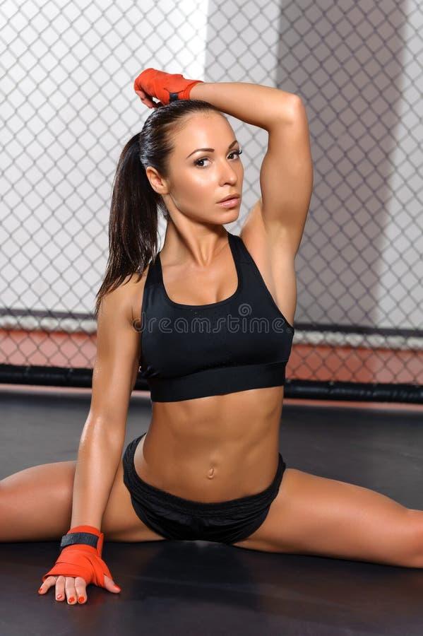 Het wijfje kickboxer stelt bij een ring stock foto