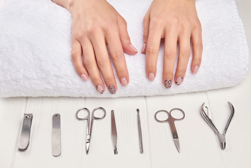 Het wijfje manicured handen op handdoek stock fotografie
