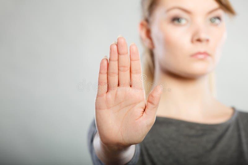 Het wijfje toont eindeteken door haar hand stock afbeelding