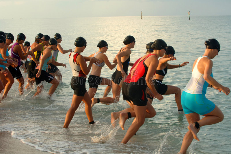 Het wijfje triathalon zwemt race st royalty-vrije stock foto's