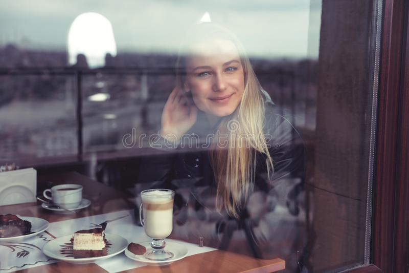 Het wijfje van Nice in de koffie royalty-vrije stock afbeeldingen