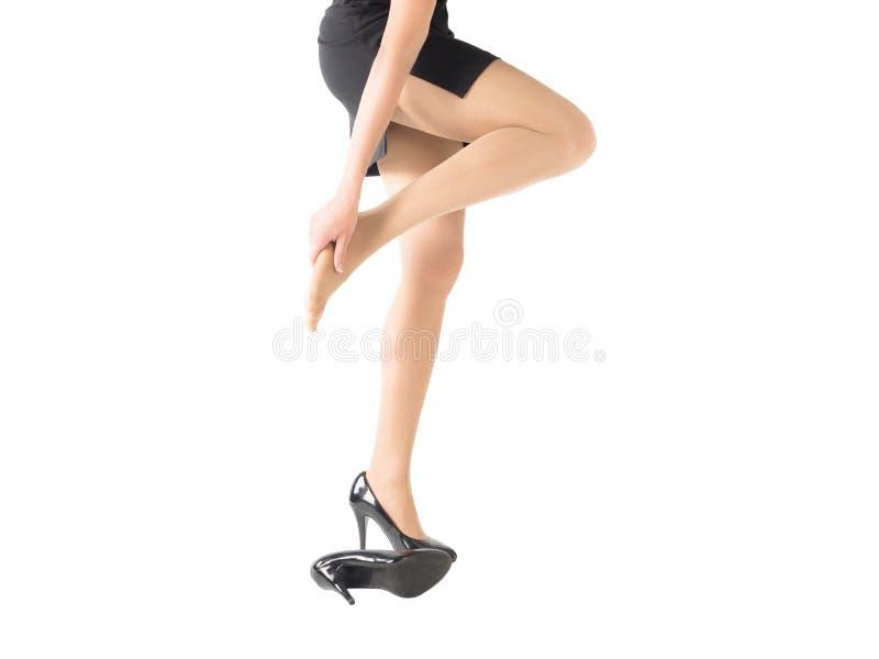 Het wijfje verwondde en vermoeide voet door hoge hielen de strakke die schoenen, op wit worden geïsoleerd, omhoog sluiten stock afbeelding