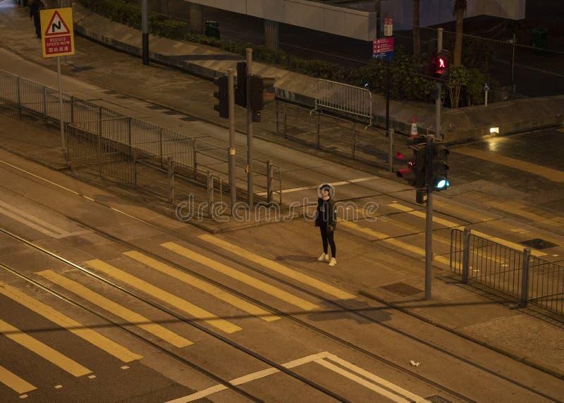 Het wijfje wacht op de verkeerslichten royalty-vrije stock foto