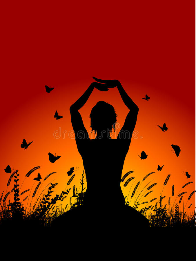Het wijfje in yoga stelt tegen zonsonderganghemel royalty-vrije illustratie