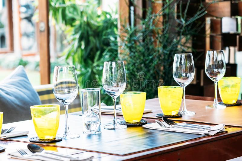Het wijnglas met het dineren reeks treft voor ontbijtlunch of diner voorbereidingen op lijst in restaurant royalty-vrije stock foto's
