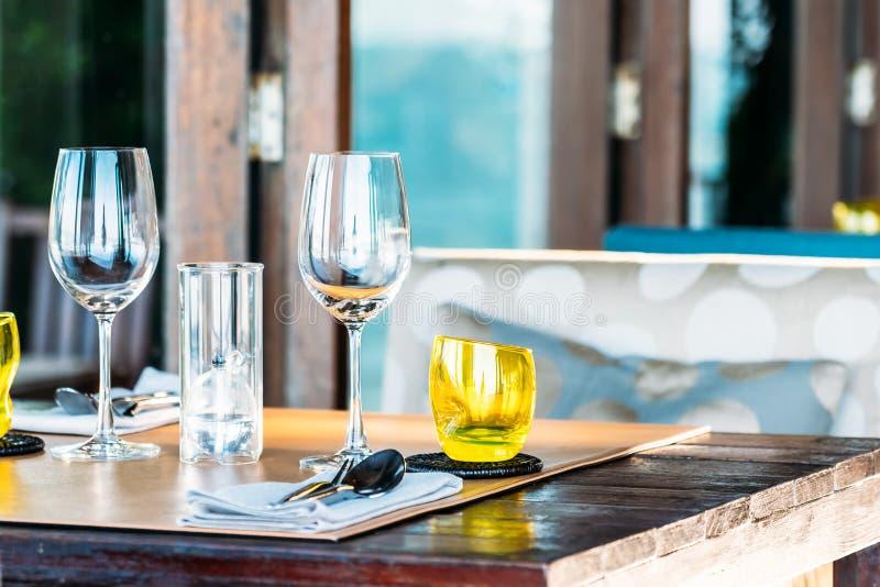 Het wijnglas met het dineren reeks treft voor ontbijtlunch of diner voorbereidingen op lijst in restaurant royalty-vrije stock fotografie