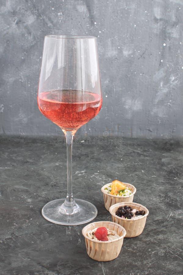 Het wijnglas nam Romige de geitkaas van Tartlet van de wijn Gastronomische Snack toe stock afbeelding