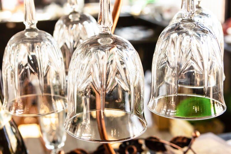 Het wijnglas plaatste drie glazen transparante grote gesneden dunne benen de macrowinkel van de de basiswijn van het barontwerp royalty-vrije stock afbeeldingen