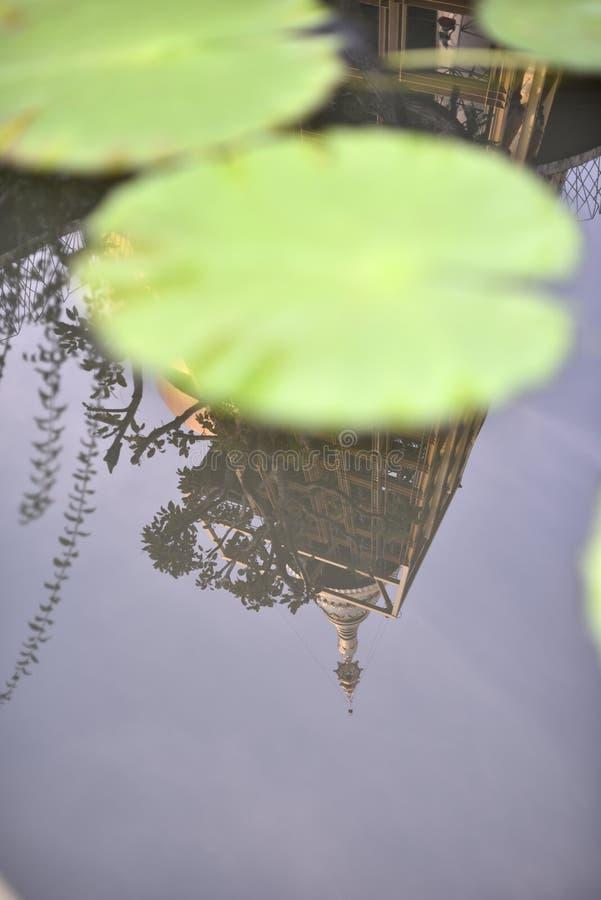Download Het Wijzen Op Van Gouden Pagode In De Lotusbloemvijver Stock Afbeelding - Afbeelding bestaande uit bangkok, vers: 107708317