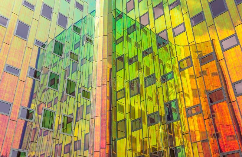 Het wijzen van op voorgevel van een modern bureaugebouw in Deventer stock foto's