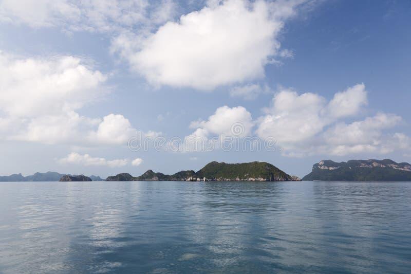 Het wijzen van op Wolken in nog OceaanWateren royalty-vrije stock afbeeldingen