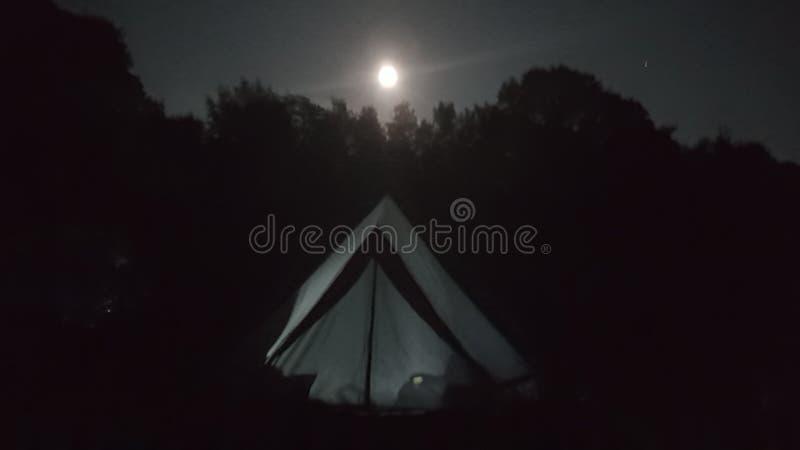 Het wilde kamperen op Dartmoor onder een volle maan stock foto's