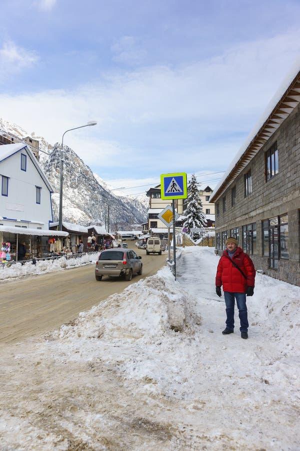 Het winkelen arcade op Karachay-Straat in het toevluchtdorp Een koude de winterdag stock afbeelding