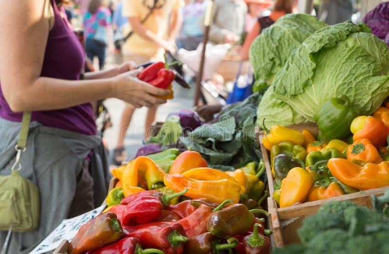 Het winkelen bij de landbouwersmarkt stock fotografie