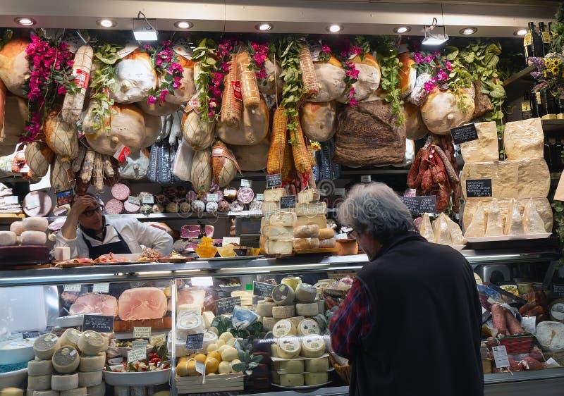 Het winkelen bij bij de markt van Mercato Centrale in Florence Italy stock afbeelding