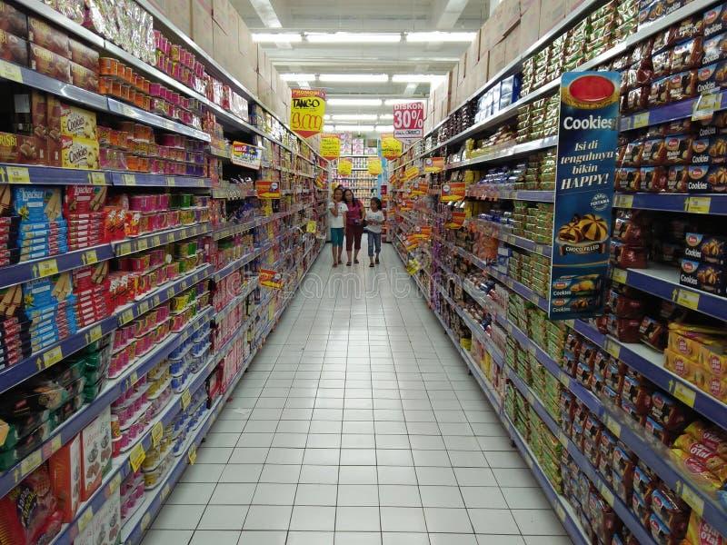 Het winkelen bij de supermarkt royalty-vrije stock afbeelding