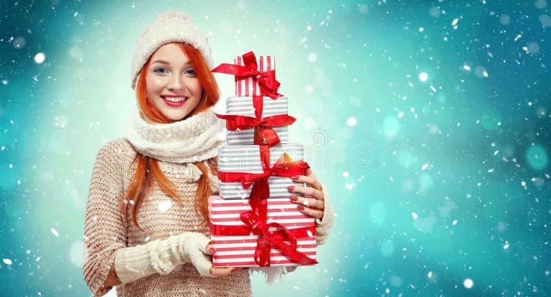 Het winkelen de giftdozen van de vrouwenholding op de winterachtergrond met sneeuw in zwarte vrijdag, Kerstmis en Nieuwjaarvakant royalty-vrije stock fotografie