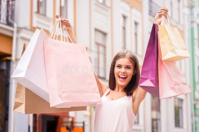 Het winkelen de therapie maakt haar gelukkig stock foto