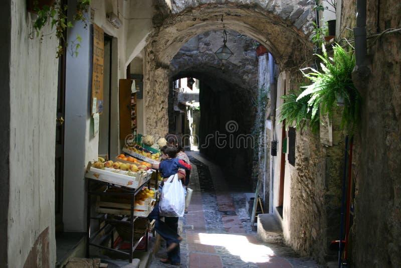 Het winkelen in Dolceacqua stock afbeelding