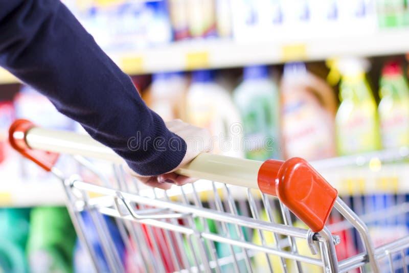 Het winkelen in een kruidenierswinkelopslag royalty-vrije stock afbeelding