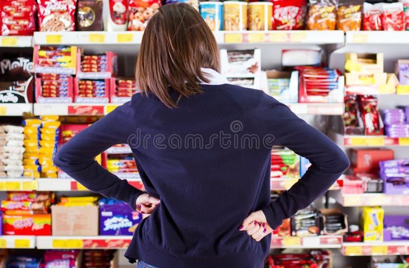 Het winkelen in een kruidenierswinkelopslag stock afbeeldingen