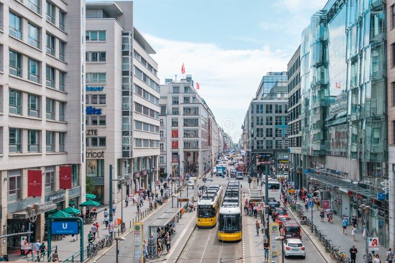Het winkelen gebied/overvolle straat in Friedrichstrasse op zonnige samenvatting royalty-vrije stock afbeeldingen
