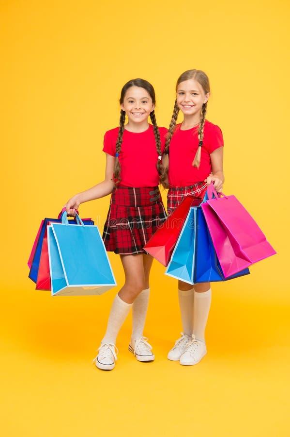 Het winkelen geluk Zwarte vrijdag De vakantie stelt voor Verkoop en korting Het shoping van meisjes gelukkige kinderen met het wi royalty-vrije stock foto